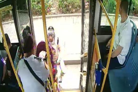 """李沧巴士118路""""有爱线路"""" 感受温暖公交车厢环境"""