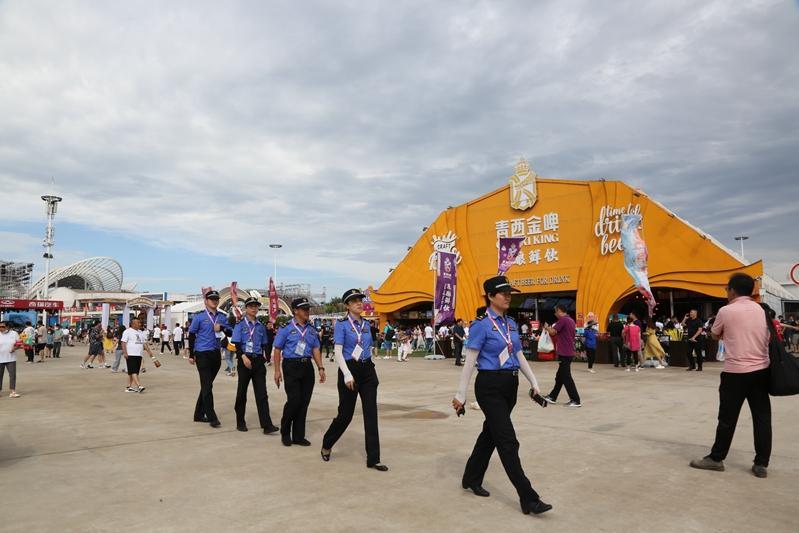 青岛西海岸新区综合行政执法局全力保障金沙滩啤酒城秩序