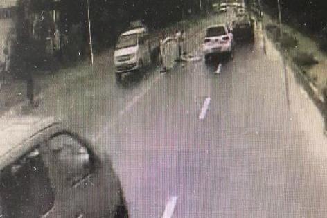监控拍下城阳暖心一幕:看到护栏被撞飞 公交驾驶员下车搬拿