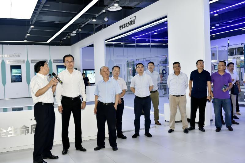 9参会领导和嘉宾参观青岛人工智能国际客厅.jpg