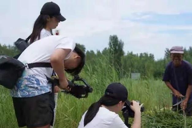 用镜头助力乡村振兴 青大学子为平度崔家集镇拍摄农产品宣传片