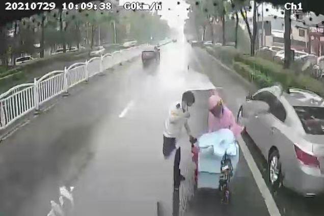 好样的!路遇伤员 城阳906路公交司机冒雨下车救助