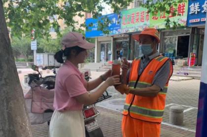 """""""为爱清凉一夏""""西海岸新区长江路街道居家养老服务中心公益活动"""