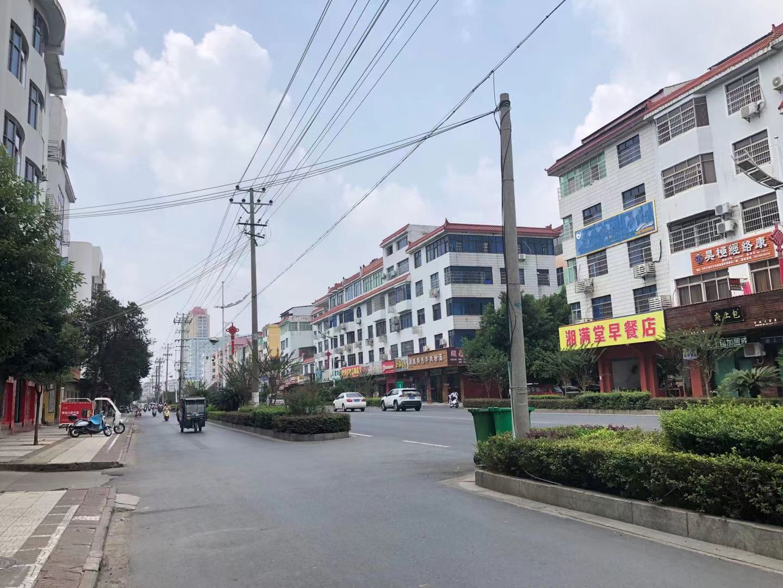 谢某拖着藏有尸体的行李箱等出租车的地方,位于泰和县白凤大道上。该道路是泰和县城的一条主干道,车多人多。澎湃新闻记者 陈绪厚 图