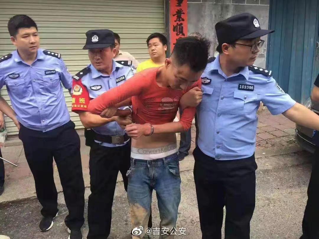 被警方抓获时,谢某已经换了衣服,不再是刚逃跑时的一身黑衣。来源:@吉安公安