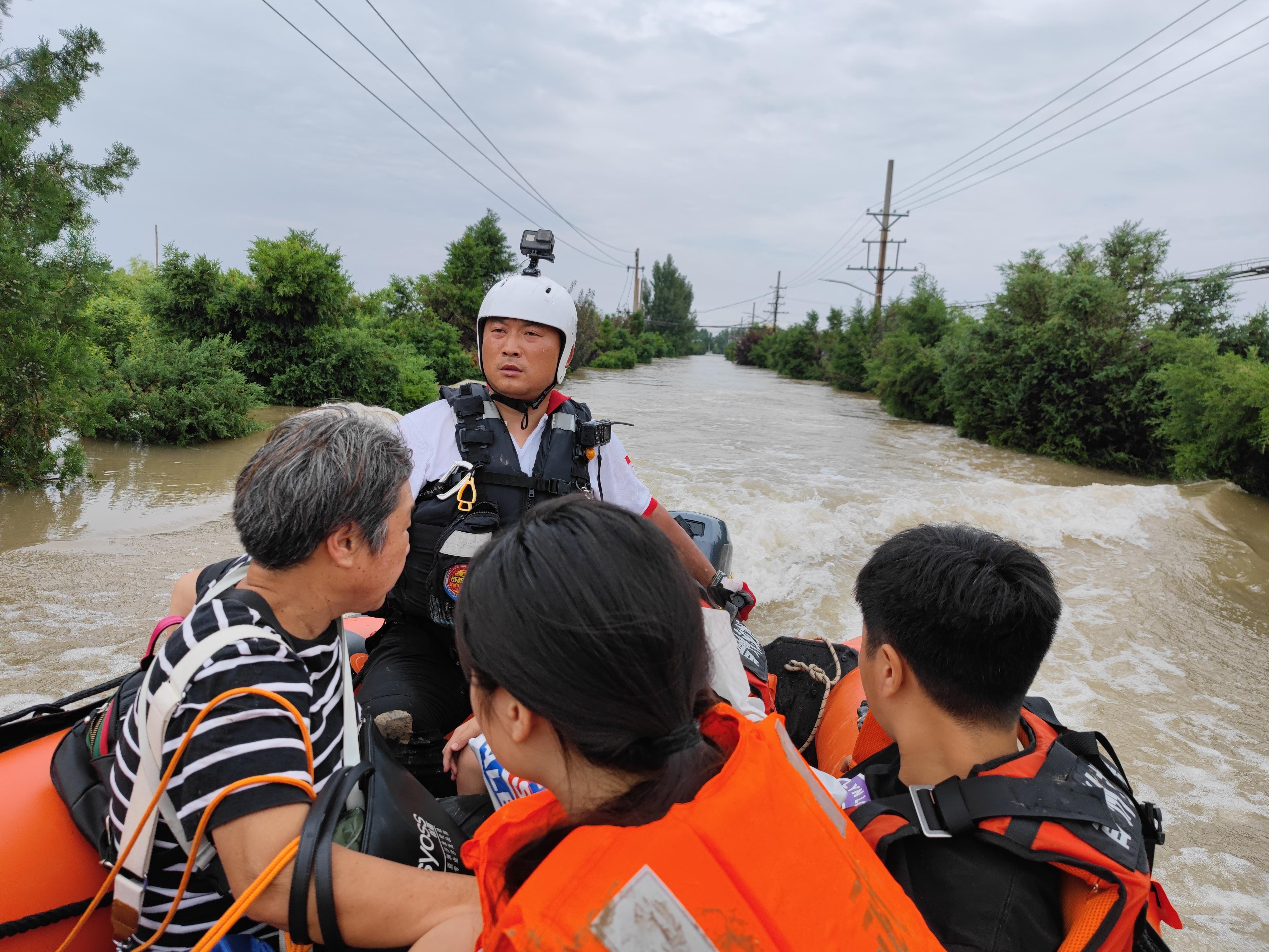 """""""退役军人""""李延照,作为青岛红十字蓝天救援队队长,带领团队已参与各类救援720次,仅在青岛救助生命1314人.jpg"""